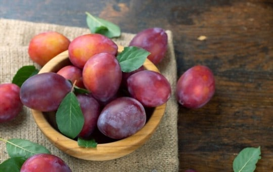 what do plums taste like