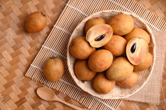 how to eat chikoo