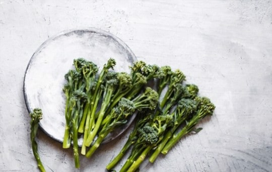 what does broccoli rabe taste like