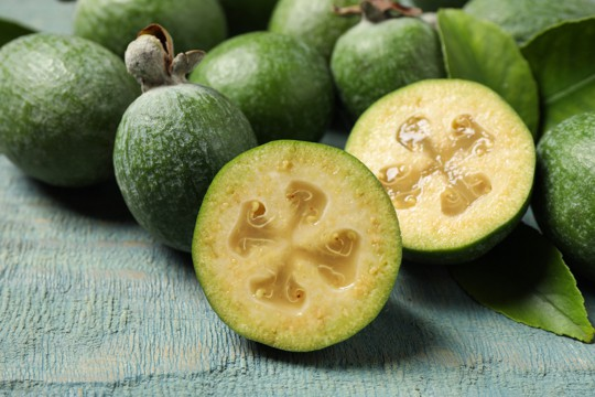 what does feijoa smell like