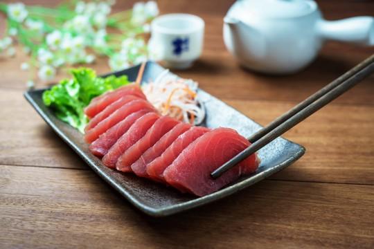 what does tuna taste like