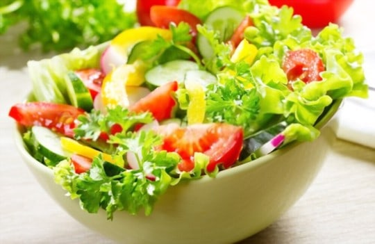 green salad with vinaigrette dressing